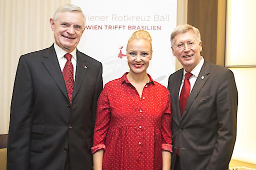 Ehrenkonsul des Wiener Roten Kreuzes Prof. Thomas Schäfer-Elmayer, Ballmoderatorin Verena Scheitz, Wiener Rotkreuz Präsident Dr. Reinhard Krepler