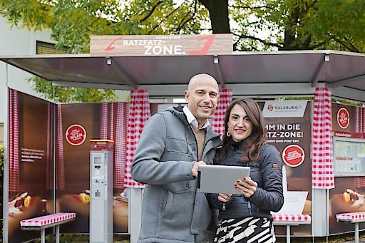 Thomas Frauenschuh (EPAMEDIA) und Daniela Kinz (Salzburg AG) präsentieren die kreativen Wartehäuschen in der Mozartstadt