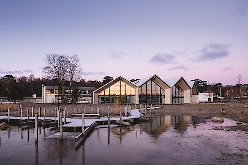 Ein grünes Hotel und Konferenz Zentrum mit steilem Dach in Dänemark, das sich perfekt in die Umgebung einbettet. Das Haus der Architektur in Graz öffnete an diesem Abend die Türen für spannende Vorträge im Rahmen des steilen Daches.