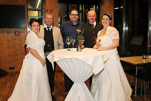 Organisator Gerhard Angerer mit Brautleuten