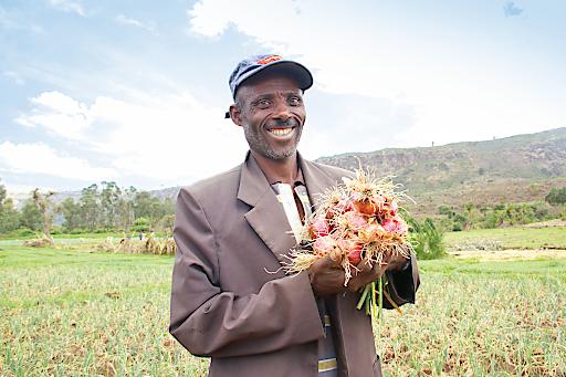 Tulessa Tena ist Bauer in Ginde Beret, der dank landwirtschaftlicher Schulungen seinen Ernteertrag stark steigern konnte.