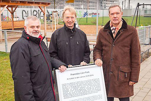 http://www.apa-fotoservice.at/galerie/8428 Im Bild v.l.n.r.: Bezirksvorsteher Karlheinz Hora, Ing. Anton Walzer (Sport-Bezirksrat), Mag. Kurt Kasperak (List Group).