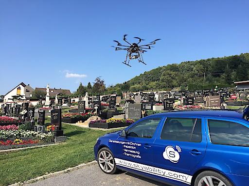 Die Drohne der Skyability GmbH bei der Friedhofsdigitalisierung