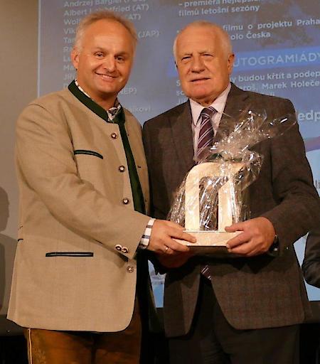 Ferienregion-GF Christian Wörister überreichte an den Festival Ehrengast und leidenschaftlichen Bergsteiger Václav Klaus, ehemaliger tschechischer Minister- und Staatspräsident, das Nationalpark Hohe Tauern Logo in Holz als Erinnerung für seine erfolgreichen Gipfeltouren auf den Großglockner und den Großvenediger.