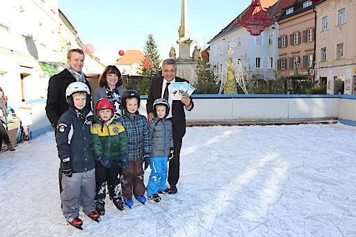 Eislaufen ist auch am St. Veiter Hauptplatz möglich! Von links: Dr. Andreas Duller, Geschäftsführer der Tourismusregion Mittelkärnten, Isabella Marx (Advent in Friesach) und Bürgermeister Gerhard Mock, Beiratsvorsitzender der Tourismusregion Mittelkärnten bei der Präsentation des Winterprogramms