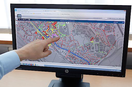 Der virtuelle Stadtplan erlaubt es, alte und neue Leuchten anzusteuern, den Stromverbrauch und die Leistung jeder einzelnen Leuchte zu verfolgen und den Beleuchtungspegel nach Bedarf einzustellen.