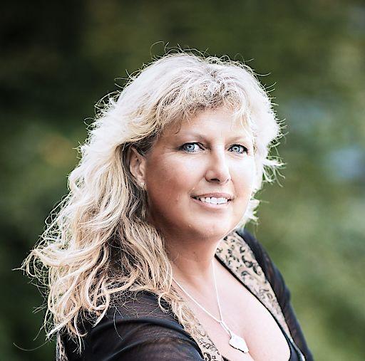 Hochzeitsplanerin Gabi Socher bietet im Rahmen der sagJa-Akademie eine professionelle und fundierte Ausbildung zur Hochzeitsplanerin und zum Hochzeitstag-Begleiter