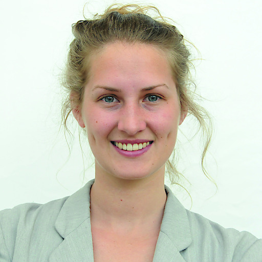 Hannah Ringhofer, Absolventin des MCI-Masterstudiums, Soziale Arbeit, Sozialpolitik und Sozialmanagement, erhielt für ihre hervorragende Abschlussarbeit den renommierten Johanna-Dohnal-Preis.