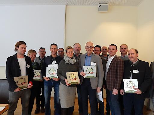 """Geprüfte Regionalbaumschule 19 Betriebsleiter/innen erhielten die Auszeichnung zur """"geprüften Regionalbaumschule""""."""