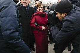 Doris Schmidauer trägt bei der Angelobung des Bundespräsidenten Lodenmantel des Wiener Damen-Modeunternehmens FEMME MAISON