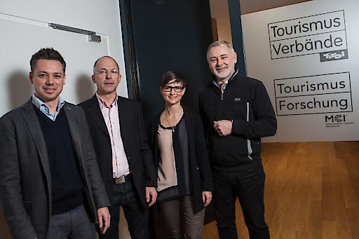 Freuen sich über den Start der Vermietercoach-Ausbildung: v.l. Florian Phleps (Tirol Werbung), Anton Habicher (Landestourismusabteilung), Katrin Perktold (Verband der Tiroler Tourismusverbände) und Gerhard Föger (Landestourismusabteilung).