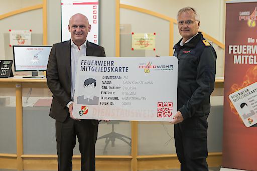 Der österreichische Bundesfeuerwehrverbandspräsident Albert Kern (r.) und Hubert Freidl, CEO der Lyoness International AG, präsentieren die neue Feuerwehrmitgliedskarte mit Cashback-Funktion.