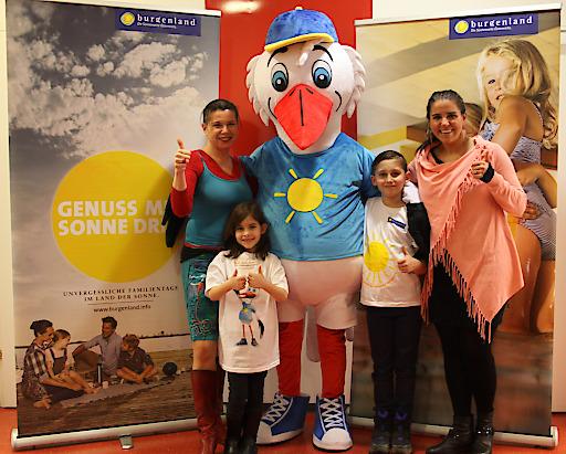 Foto: Mag. Uschi Zezelitsch (1.v.l.), Konsulentin für Kinder- und Kulturprogramme, Burgenland Tourismus-Prokuristin und Marketingleiterin Raphaela Schaschl (1.v.r.) sowie Emilia und Eric mit dem Maskottchen Ottokar Storch.