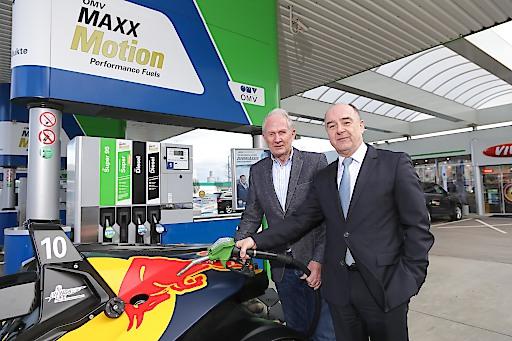 https://www.apa-fotoservice.at/galerie/8698 Im Bild von links nach rechts: Helmut Marko, Motorsportchef Red Bull und Manfred Leitner Vorstandsmitglied OMV