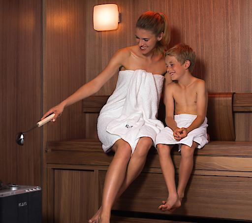 bild wie eltern ihre kinder richtig an die sauna heranf hren und einen gesunden lebensstil. Black Bedroom Furniture Sets. Home Design Ideas