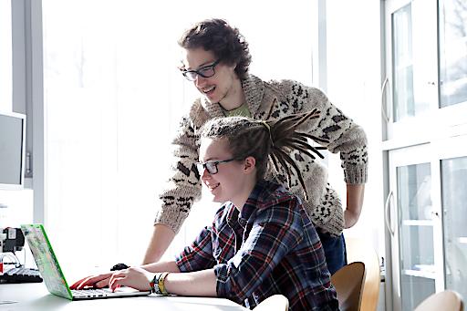 """Unter dem Titel """"ITSalzburg//study.work.support."""" bekommen Studierende neben einem bezahlten Studienplatz, einen Wohnkostenzuschuss sowie einen fixen Teilzeitarbeitsplatz bei einem Salzburger Top IT-Unternehmen."""