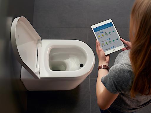 """BioTracer: das erste App-gesteuerte WC mit automatischer Urinanalyse. Die digital-vernetzte Toilette misst vollautomatisch und hygienisch zehn wichtige Indikatoren im Urin, die für ein optimales Fitness- und Ernährungsprogramm wichtig sind. Die Analysewerte werden dazu in einer App auf dem Smartphone oder Tablet bereitgestellt und können so für Optimierung der persönlichen Fitness und eine gesunde Lebensweise eingesetzt werden. Weiterer Text über ots und www.presseportal.de/nr/106317 / Die Verwendung dieses Bildes ist für redaktionelle Zwecke honorarfrei. Veröffentlichung bitte unter Quellenangabe: """"obs/Duravit AG"""""""