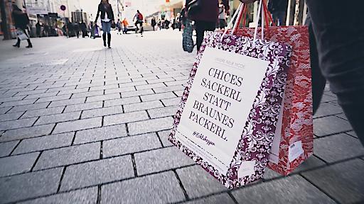 Die #Echtshopper-Tragtasche als visueller Eye-Catcher der Kampagne wird in den nächsten Tagen in vielen Modefachgeschäften an die Kunden verteilt. Echtshopper - steht für echte Einkaufsglücksgefühle, echte Beratung und echte Arbeitsplätze in Wien!