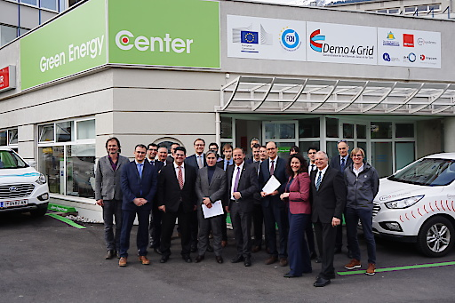 """Gruppenfoto """"Demo4Grid"""" Kick-Off-Dissemination-Meeting am 14. März im Green Energy Center Europe in Innsbruck mit EU-Vertretern, Konsortialpartnern und Gästen."""