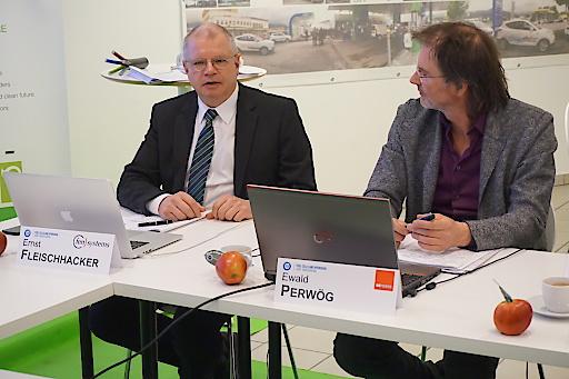 """Dr. Ernst Fleischhacker, CEO von FEN-SYSTEMS und Initiator des Projektes, und Projektleiter Mag. Ewald Perwög, Projektleiter bei MPREIS, erklären die Projektzusammenhänge des EU-Projektes """"Demo4Grid"""" im Rahmen der von FEN-SYSTEMS im Auftrag des LANDES TIROL entwickelten Tiroler Energie- und Wasserstoff-Strategie-Programme."""