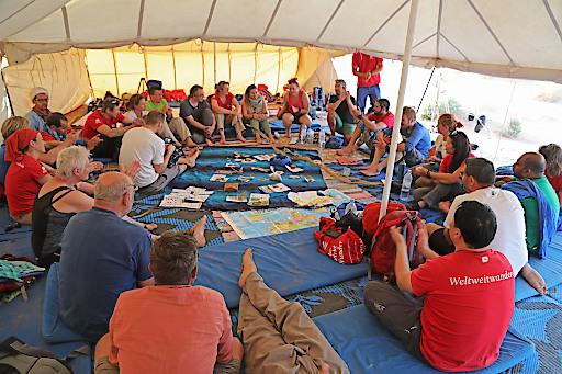 30 Weltweitwandern-Partner und -Guides tauschen sich im Wüstenzelt über die Herausforderungen des Tourismus aus.