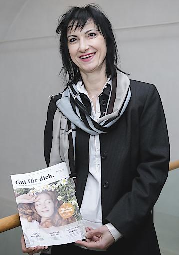 Oberösterreichs Landesinnungsmeisterin für Fußpfleger, Kosmetiker und Masseure Eva Danner-Parzer mit dem neuen Kundenmagazin Gut für dich.