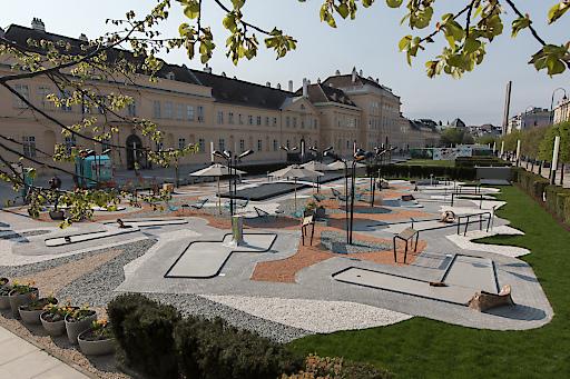 """Skulpturenpark """"MQ Amore"""" am MQ Vorplatz"""