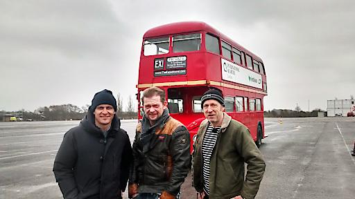 Matthias Malmedie (li.), Det Müller (Mitte) und Helge Thomsen vor einem typischen Londoner Doppeldeckerbus