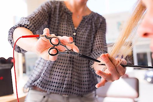 THE CARECUT - Durch die Versiegelung der Haarspitzen beim Schnitt werden Feuchtigkeit und Pflegesubstanzen sowie die in den Keratinfasern eingelassenen Farbpigmente im Haar eingeschlossen.