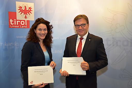 LH Günther Platter und LHStvin Ingrid Felipe präsentierten gemeinsam den Rechnungsabschluss 2016 im Medienraum des Landes Tirol im Landhaus in Innsbruck.