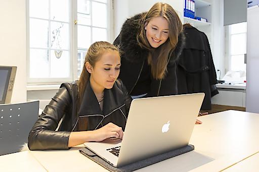 """Studierende entwickeln gemeinsam mit acht Salzburger Handwerksbetrieben Projekte und lassen sich dabei in der Pappas Boutique über die Schulter schauen. Das """"City Office"""" in der Salzburger Altstadt ist bis Ende Juni Arbeits-, Ausstellungs- und Vorlesungsraum für die FH-Studierenden."""