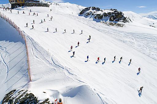 """Mit 150 hintereinander fahrenden Arena-Fans in Tracht, kann die Zillertal Arena nun die wohl längste """"Trachtenschlange auf Schnee"""" und somit einen kuriosen Rekord verbuchen! Die Schlange reichte vom Arena Stadl bis zur Hanser X-Press Bergstation, was einer Länge von 600 Metern entspricht!"""