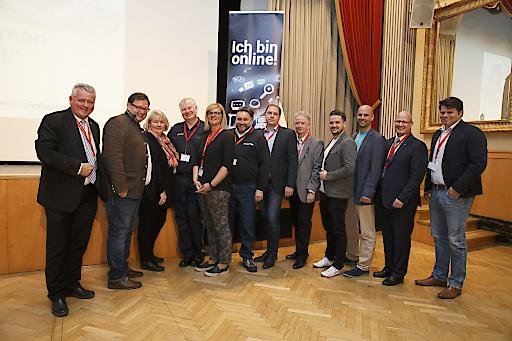 """https://www.apa-fotoservice.at/galerie/9160 . Im Bild von links: Werner Krausler (Landesschulinspektor für technische Schulen Stmk.), Christian Rupp (Sprecher der Plattform Digitales Österreich, Bundeskanzleramt), Regina Hönigsberger (Initiative \""""Ich bin online\""""), Hans-Peter Puffing (Bezirkspolizeikommando Voitsberg), Martina Unger (Bezirkspolizeikommando Voitsberg), Karl-Heinz Wanker (EU-Stabsstelle WKO), Burkhard Neuper (Obmann-Stv. Fachgruppe UBIT der WK Stmk.), Werner Lämmerer (UBIT Geschäftsführer), Christian Barboric (IT School Glowatschnig & Tögl OG), Alexander Glowatschnig (Geschäftsführer IT School Glowatschnig & Tögl KG), Peter Sükar (Obmann der WK Regionalst. Voitsberg) und ein Gast während der SchülerInnenkonferenz"""