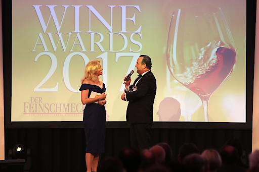 Barbara Schöneberger überreicht Winzer Gerhard Kracher den Wine Award für den Winzer des Jahres 2017
