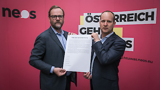 NEOS-Vorsitzender Matthias Strolz und NEOS-Wirtschaftssprecher Sepp Schellhorn mit dem Pakt der Verantwortung
