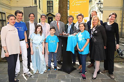 http://www.apa-fotoservice.at/galerie/9350 Im Bild: (Vize)RektorInnen und Lehrende der KinderuniWien präsentieren das diesjährige Programm