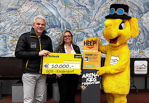Zillertal Arena GF Franz Kranebitter überreichte den Scheck gemeinsam mit dem Arena-Maskottchen FUNTy an Frau Manuela Mader von SOS-Kinderdorf.