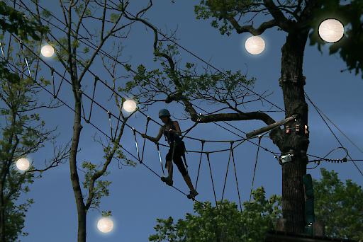 Nachtklettern im Waldseilpark Kahlenberg Auf bis zu 20 m Höhe kann in den von vielen hunderten Lampions beleuchtet Baumwipfeln geklettert werden.