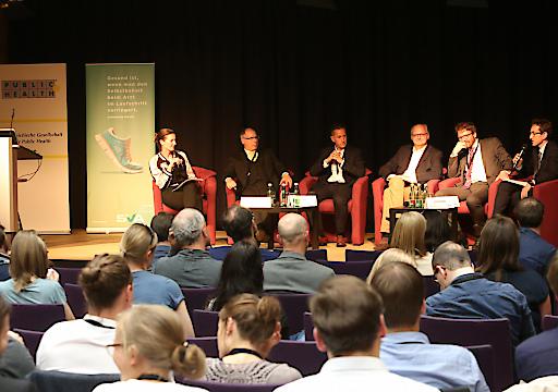 http://www.apa-fotoservice.at/galerie/9352/ Podiumsdiskussion: Aktuelle und zukünftige Herausforderungen im Gesundheitssystem. Im Bild v.l.n.r.: Karin Pollak (Moderation), Thomas Neumann (SVA), Thomas E. Dorner (ÖGPH), Jan Pazourek (NÖGKK), Herwig Ostermann (GÖG), Christian Lackinger (Sportunion)