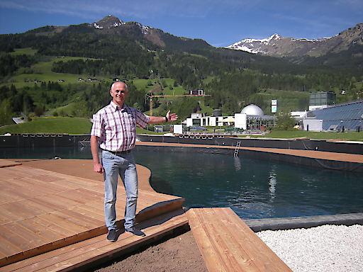 GF Klaus Lemmerer vor dem großen Thermalwasser Badesee in der Alpentherme Gastein