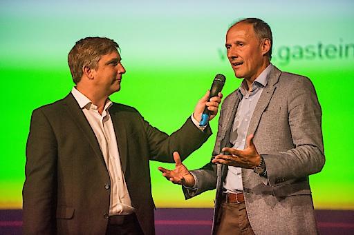 Im Bild (v.l.): Moderator Martin Schobert und Leo Bauernberger (GF SalzburgerLand Tourismus GmbH)