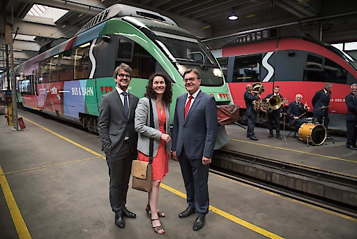 v.l.n.r. VVT Geschäftsführer Alexander Jug, LHSTV.in Ingrid Felipe und Landeshauptmann Günther Platter schicken einen Nahverkehrs-Zug zur Bewerbung des neuen Tiroltickets auf die Reise.