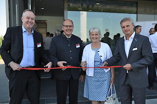 Eröffneten das neue Stiebel-Eltron-Gebäude in Österreich feierlich (von rechts): Thomas Mader, Geschäftsführer Stiebel Eltron Österreich, Inge und Dr. Ulrich Stiebel sowie Dr. Nicholas Matten, Geschäftsführer der Stiebel-Eltron-Gruppe.