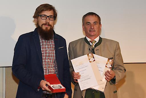 Die Vertreter von TAO Digital und Österreichs Wanderdörfern freuen sich über den Signum Laudis in Bronze