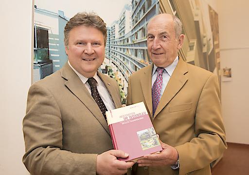 """Herbert Ludl, ehemaliger Chef der Sozialbau AG und Wohnbaustadtrat Michael Ludwig präsentieren das Buch """"""""Integration im Wohnbau. Modelle für ein soziales Zusammenleben"""""""""""