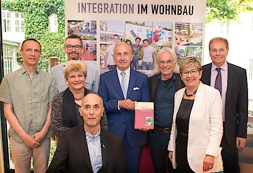 """Herausgeber Herbert Ludl und die Autoren präsentieren das Buch """"Integration im Wohnbau. Modelle für soziales Zusammenleben"""""""