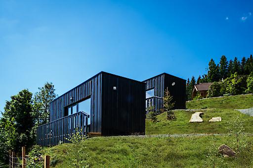 """ab sofort buchbar sind nun auch diese vier kleinen Almhütten (Tiny Houses""""). Durch die Fenster, die gelungene Raumaufteilung und die auf Maß gefertigten, geschmackvollen Einbauten werden die Hütten zu kleinen Raumwundern."""