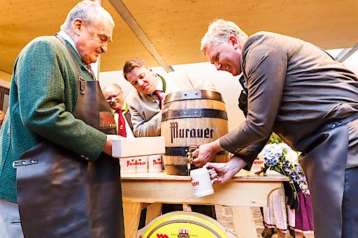 """Anzapft is ... Fürst Karel Schwarzenberg schlug gemeinsam mit Muraus Bürgermeister Thomas Kalcher das erste Fass des schwarzenberg'schen Bieres an, das im Zuge der Ausstellung """"400 Jahre Schwarzenberg in Murau"""" gebraut wurde."""