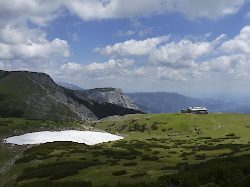 Gourmetschauplatz Karl-Ludwig-Haus, Österreichs einzige vollzertifizierter Bio-Hütte - mitten in der Bergeinsamkeit der Rax, auf 1.800 Metern Höhe, mit bester Aussicht auf Bergwiesen und Felswände.