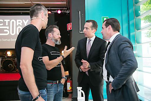 Michael Eisler und Bernhard Lehner (Vorstände startup300 AG) erklären Bundeskanzler Christian Kern und Chris Müller (Direktor Tabakfabrik Linz, v.l.n.r.) das Konzept der factory300.